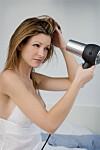 FØNER DU HÅRET DAGLIG? Slapp av. Det skader ikke håret! Bare pass på å bruke et varmebeskyttende produkt i håret først, så sliter du ikke på håret. Foto: Cultura Creative (RF) / Alamy/All Over Press